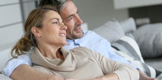 Ζευγάρι στον καναπέ - Καλοήθη Υπερπλασία Προστάτη | ΦΑΡΜΑΣΕΡΒ - ΛΙΛΛΥ