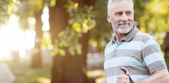 Ανδρας περπατάει στη φύση - Σεξουαλική Υγεία | ΦΑΡΜΑΣΕΡΒ - ΛΙΛΛΥ