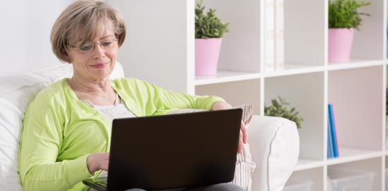 Γυναίκα διαβάζει στον υπολογιστή της για Διαβήτη | ΦΑΡΜΑΣΕΡΒ - ΛΙΛΛΥ