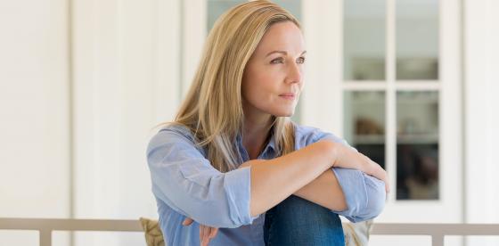 Γυναίκα με κατάθλιψη κοιτάει έξω | ΦΑΡΜΑΣΕΡΒ - ΛΙΛΛΥ